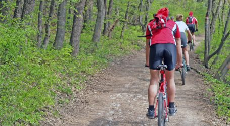 Mountainbiker demonstrieren vor dem Parlament