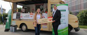 Vor der Hofburg parkt ein Food-Truck