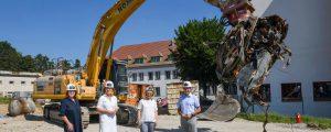 Bagger und Spaten vor LFS Mistelbach