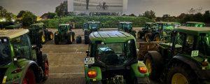 70 Traktoren vor Kinoleinwand